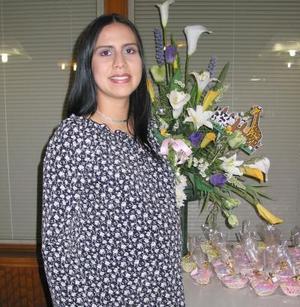 Susana Ramírez Montañez recibió sinceras felicitaciones en la fiesta de regalos que le ofrecieron con motivo del próximo nacimiento de su bebé.