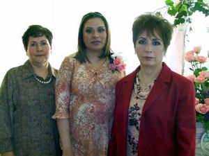 <u> 28 de enero </u> <p> Claudia Luján de Luciano acompañada de Graciela Reyes de Luján y Bibiana Rubí de Luciano, organizadoras de su fiesta de regalos.