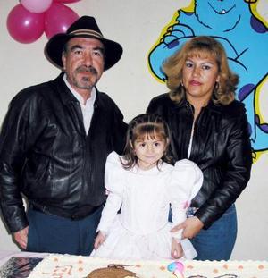 Alejandra Villarreal Meraz acompañada de sus papás, Juan Pedro Villarreal, en la fiesta que le organizaron con motivo de su cumpleaños.
