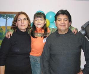 Dalili Ramírez Méndez acompañada de sus papás, los señores Dalili Méndez y Gerardo Ramírez en el convivio infantil que le organizaron por su sexto año de vida.