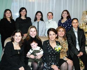 <u> 29 de enero </u> <p> Adriana Eugenia García de Gómez acompañada de algunas invitadas a la fiesta de bienvenida, que le organizó a su bebé con motivo de su nacimiento.