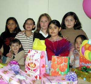 Paulina de Lara Domínguez en compañía de algunos de sus amiguitos en la fiesta que se le organizó por su cumpleaños.