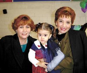 <u> 29 de enero </u> <p> La niña Karla María Velázquez Valles acompañada de sus abuelitas Eladia de Valles y Bety de Velázquez en el convivio que le ofrecieron por sus tres años de vida.