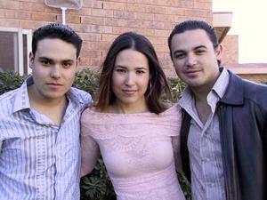 Perla Villarreal fue captada junto a sus hermanos Chuy y Emilio, en pasado convivio social.