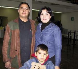 Regresaron a Tijuana Francisco Javier, Janeth Flores de Aguayo y su hijo Jefrey.