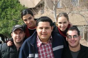 Roberto. Cecilia, María José y Aldo, jóvenes estudiantes del ITESM-CL.