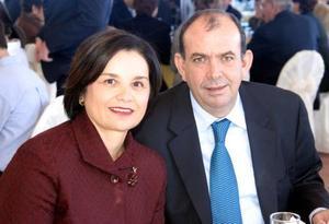 Elvira Rebollo de Garza y Luis Garza captados en pasado acontecimiento social.