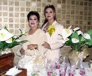 Mayra Ileana Garibay acompañada de su mamá, la señora Hortensia Soto de Garibay.