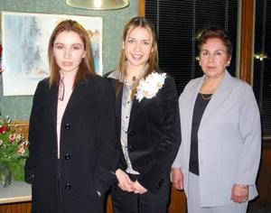Magaly Ocón Navar en compañía de las organizadoras de su despedida de soltera, Isabel Estrada Navar y Odila Navar de Ocón.