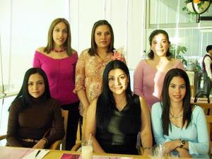 Claudia Luján de Luviano acompañada de algunas asistentes a su fiesta de regalos.