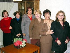 Olga de Martínez acompañada de Tere de Salazar, Hortensia de Dávila, Conchita de Betancourt, Rosy de Navarro y Rosa Elena Valdés, en el convivio que se le ofreció por su cumpleaños en días pasados.