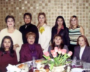 Mayra Garibay acompañada de Hortensia Soto, Sandra Garibay, Mireya Cervantes, Elizabeth Ortiz, Janeth Reyes, Conchita de González, María Fernanda Pérez y Lidia Madrigal.