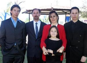 Arturo Lavín Garza y Terry de Lavín, con sus hijos Alejandro, Brenda y Arturo en pasado acontecimiento social.