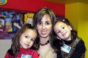 Daniela Aguilera en compañía de su mamá, Eva López y de su hermanita Luisa Aguilera, en su convivio de cumpleaños.