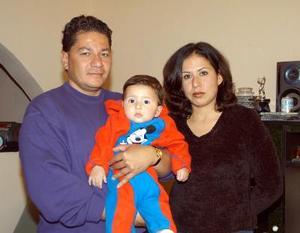 Manuel  Canive y Lorena Villarreal con su hijo Manuel Canive, captados en reciente acto social.