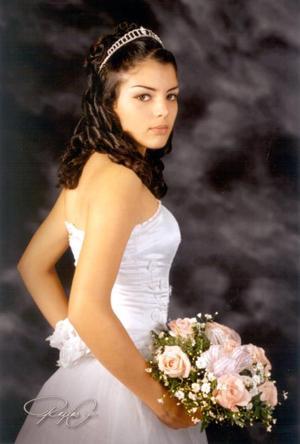 Srita. Sandra Elizabeth León García en una fotografía de estudio con motivo de sus quince años de vida.