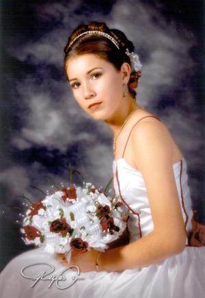 Srita.Ana Lilia Álvarez de León en una fotografía de estudio con motivo de sus quince años de vida.