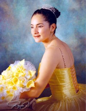 Srita. Lucero Gabriela G. Romo en una fotografía de estudio con motivo de sus quince años de vida.