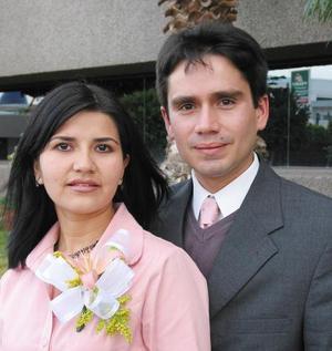 Carlos Arturo Cano Reed y Maribel Núñez Villanueva captados en la despedida de solteros que se les ofreció con motivo de su próximo enlace nupcial.