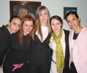 Ana Máynez Varela acompañada de sus amigas en la despedida de soltera que se le ofreció en días pasados con motivo de su matrimonio.