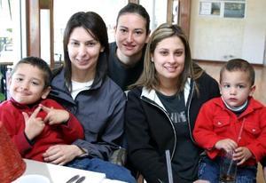 Blanca Ramírez de Murra, Selina Sada de Pérez, Pili López de Romo y los pequeños José Ignacio y Alex Román López.
