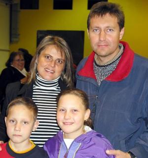 Carlos González, Rocío de González y los pequeños Karla y Daniel González.