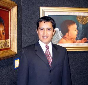 Guillermo García Ochoa junto a algunas de sus 'Realidades'.