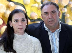 Raquel Lugo de Lavín y Guillermo Lavín Garza captados en pasado festejo social.