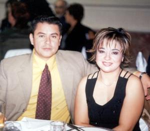 Ricardo Cerna Vázquez y Mary Gómez de la Cruz de Cerna, en pasado acontecimiento de boda.
