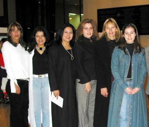 Susy Velázquez, Elizabeth Espinoza, Laura Velázquez, Sara Velázquez, Evangelina Velázquez, Cecilia de Cuesta, Martha de Montes, Marilú y Nelly Blackaller, en reciente ceremonia inaugural de una exposición.