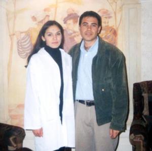 Janeth Guangorena Gómez y Luis Molina, captados en el día de su graduación profesional.