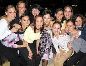 <u><b>02 de febrero</u></b> <p> Líala Reyes Pámanes acompañada de sus amigas, quienes estuvieron presentes en su despedida de soltera.