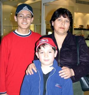 Norma Vargas de Reygoza con sus hijos Alonso y Alejandro Raygoza Vargas en un centro comercial.