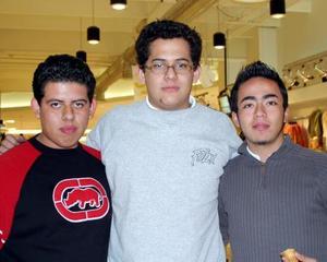 Rubén Casas, Raúl Aguilera y José Alberto Trejo captados en un centro comercial de la localidad.