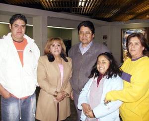 Abdón Rodríguez, María Asunción Carmona y Katia Rodríguez viajaron a Tijuana y los despidieron Patricia Carmona y Abdón Rodríguez.