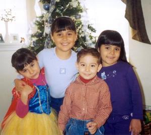 Anilú, Ana Cecy y Mari Cristy Rabiela Barbosa con su primo Luis Rezéndez Rabiela en pasado acontecimiento social.