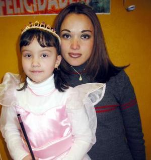 Frida Stephanye Prado ramón acompañada de su mamá, Cynthia Elizabeth Ramón Rojas, en la fiesta de cumpleaños que le organizó en días pasados