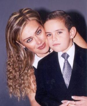 Martha Correa con su hijo Rogelio Medina Correa, en pasado festejo familiar.
