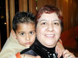 Señora Oalia Vargas Vda. de Ramírez en compañía de su nieto Paquito Ramírez