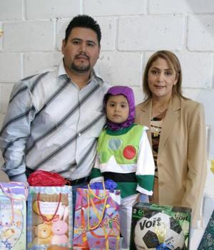 José Eduardo Luna Duarte acompañado por sus papás José Luna Guzmán y Jaqueline Duarte de Luna, el día que festejó su cuarto cumpleaños.