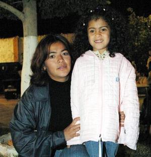 Juanis García con su pequeña Jarevy Fuentes en pasado festejo infantil.