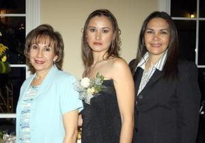 Brenda Quezada Sifuentes acompañada de Amelia Sifuentes de Quezada y Rosa Cruz Morales de Sánchez anfitrionas de su despedida de soltera.