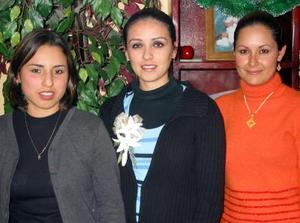 Katy Alcalá Salgado acompañada de Lendy Villegas de Castillo y Deysi Mireles de Castillo, en la despedida de soltera que le organizaron en días pasados