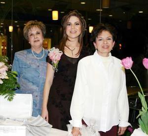 <b><u>05 de febrero </b></u> La festejada Beatriz Esparza acompañada de sus anfitrionas las señoras Magdalena Orozco de Arredondo y María Teresa Braña de Esparza.