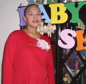 Ania Arcelia Carrera de Montoya disfrutó de gratos momentos en la fiesta de regalos que se le ofreció en días pasados.