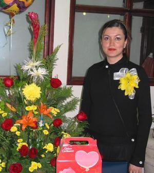 Brenda de Radix recibió sinceras felicitaciones en la fiesta de canastilla que se le pfreció por el próximo nacimioneto de su bebé.