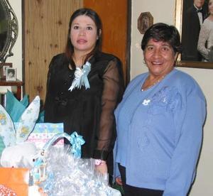 Elia Guadalupe Gutiérrez acompañada de Bertha Villegas de Gutiérrez organizadora de su fiesta de regalos.