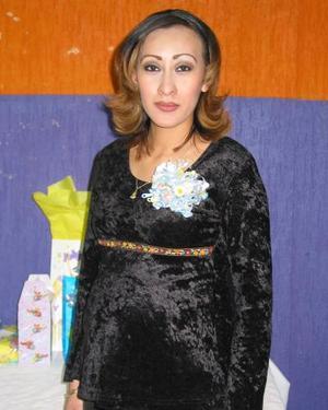 Karina Cisneros de López recibió sinceras felcitaciones en la fiesta de cantastilla que se le ofreció en días pasados.