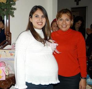 Viridiana Olivares de Barajas acompañada de Martha de Olivares, en la fiesta de regalos que se le ofreció en fechas pasadas con motivo del próximo nacimeinto de su bebé.