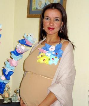 Aracelí Márquez de Álvarez recibió sinceras felicitaciones, en la fiesta de regalos que se le organizó por el próximo nacimiento de su bebé.
